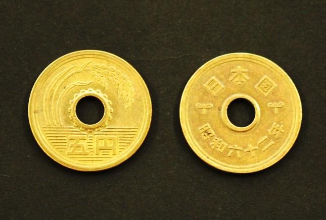 五円玉。確かに漢字しか書いていない