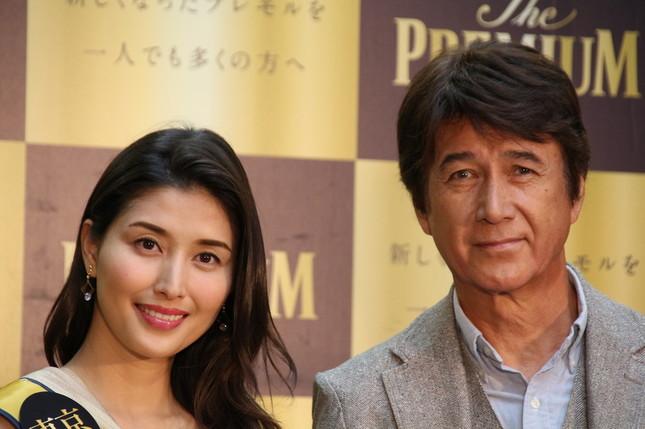 橋本マナミさん(左)も草刈さん(右)にうっとり?