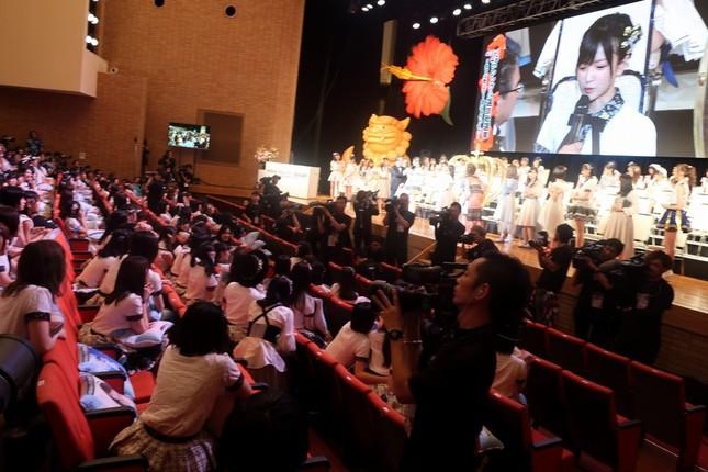 開票イベントは「無観客」で行われた。手前は須藤凜々花(すとう・りりか)さんの発言を見守るNMB48のメンバー