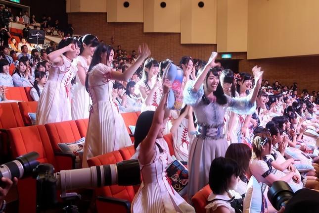 北原里英さん(手前)のランクインに立ち上がって喜ぶNGT48メンバー
