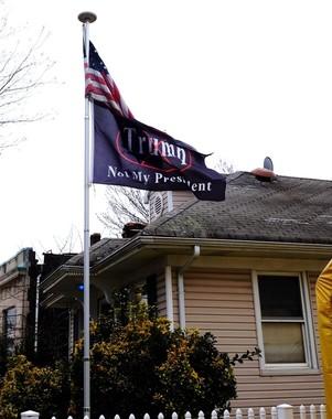 トランプ支持者の多いスタテン島の住宅に掲げられた「反トランプ」の旗