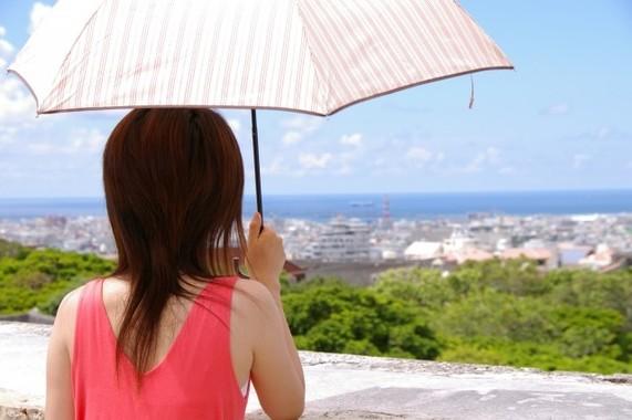 女性にとっては必需品の日傘 (写真はイメージ)