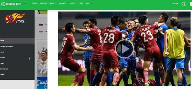 赤いユニフォームの上海上港と、青の広州富力の試合中に大乱闘が起きた(画像は米「ESPN」ウェブサイトから)