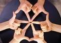 指の動きだけで「万華鏡」を再現 日本人ダンスユニットが世界で大反響
