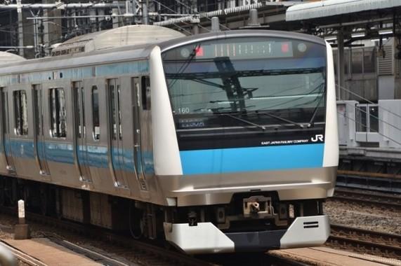 スカイブルーをあしらった京浜東北線の車両