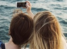 アタマジラミが「自撮り」でうつる? 英研究者らスマホ、タブレットとの関係指摘