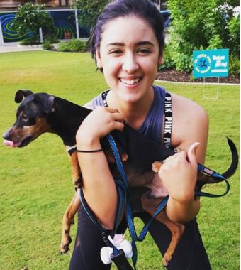 犬を抱いて筋トレをするアリッサさんたち(Instagramの#squatyourdogより)と、猫を抱くトラビス氏(Instagramのtravbeachboyより)