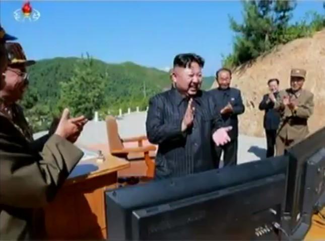 金正恩委員長は発射現場を現地指導したという(写真は朝鮮中央テレビから)