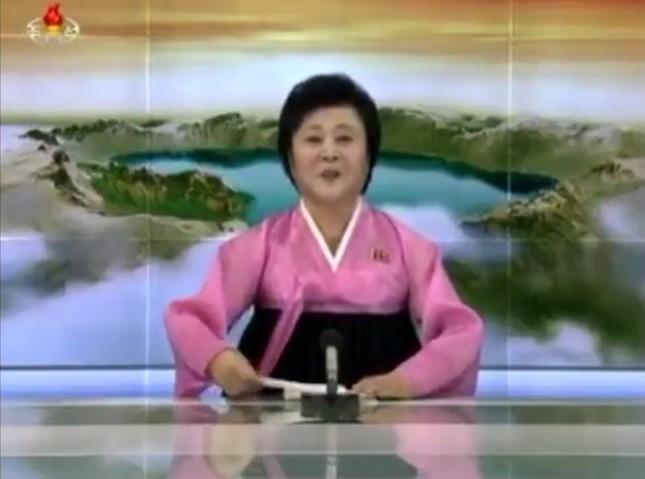 ミサイルの試験発射成功を発表する朝鮮中央テレビの李春姫(リ・チュンヒ)アナウンサー