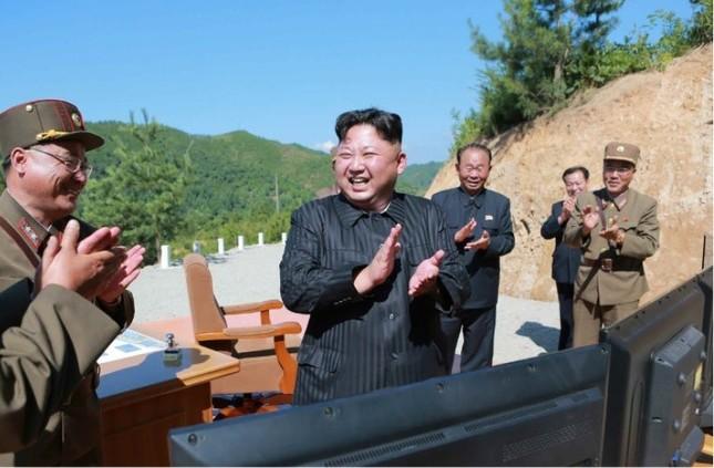 金正恩委員長は、ICBMの発射実験を満面の笑みで見守った(写真は労働新聞から)