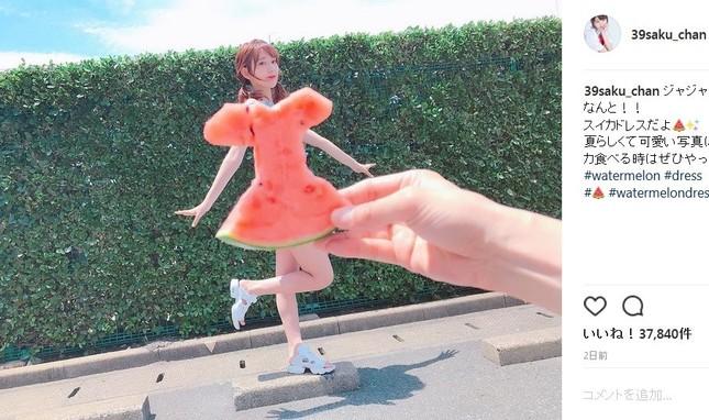 宮脇咲良さんの「スイカドレス」(写真は本人のInstagramより)
