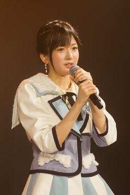 6月27日に大阪・NMB48劇場で行われた公演であいさつする須藤凜々花さん。「卒業までNMBに全力で貢献していきたい」などと述べた(c)NMB48