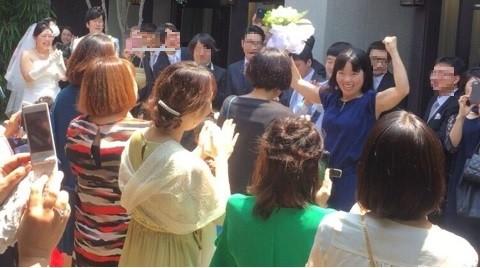 ガッツポーズをするイモトアヤコさん(画像は公式ブログのスクリーンショット。編集部で一部加工)
