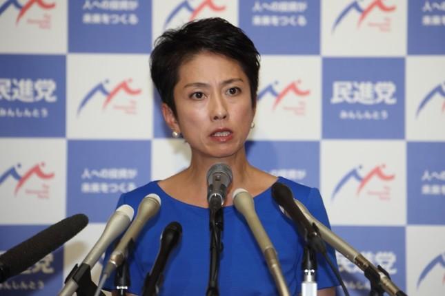 国会内で記者会見する民進党の蓮舫代表。「二重国籍」問題をめぐり7月18日に記者会見することを発表した