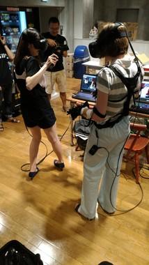 「痴漢VR」を体験する女性(金春根さん提供)