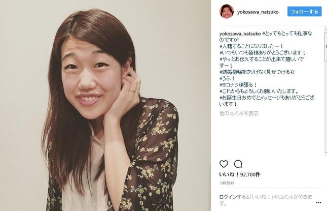 結婚指輪をさりげなく見せつける横澤さん(画像は公式インスタグラムのスクリーンショット)