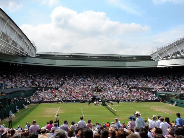 ウィンブルドン選手権の競技会場「オールイングランド・ローンテニス・アンド・クローケー・クラブ」センターコート(写真はWikimedia Commonsから。作者:Squeaky Knees from Cornwall, UK)
