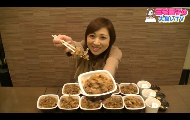 三宅さんの大食い動画に「まさかの批判」(画像は本人のYouTubeチャンネルより)
