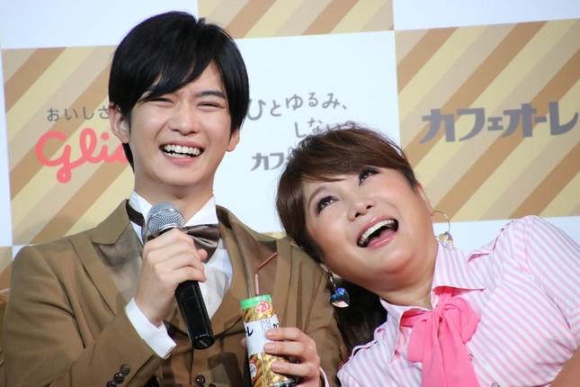 お笑いコンビのような雰囲気の2人(J-CASTニュース編集部2017年7月27日撮影)
