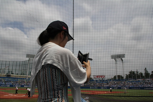 清宮選手を撮影する女性ファン