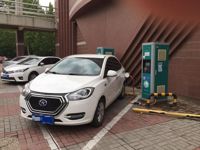 北京中関村で住宅から延長コードを使ってEV車に充電しているところ(編集部で一部修正)