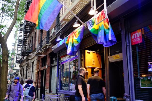 NYマンハッタンのゲイコミュニティとして知られる一角に掲げられたLGBTを象徴するレインボーフラッグ