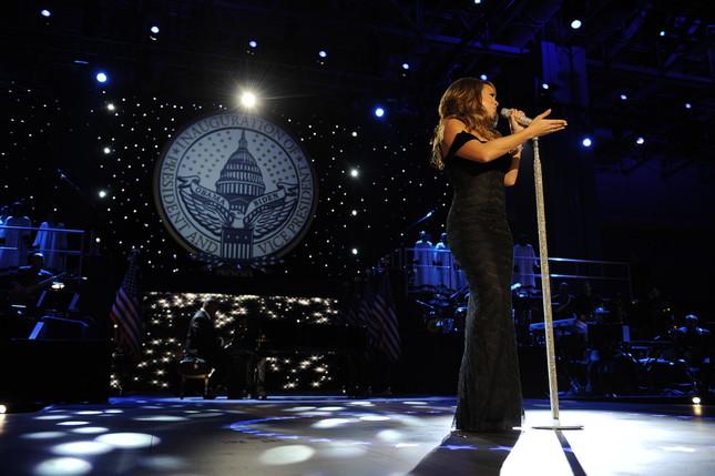 2009年1月20日、オバマ大統領(当時)就任式後のステージで歌うマライア・キャリーさん