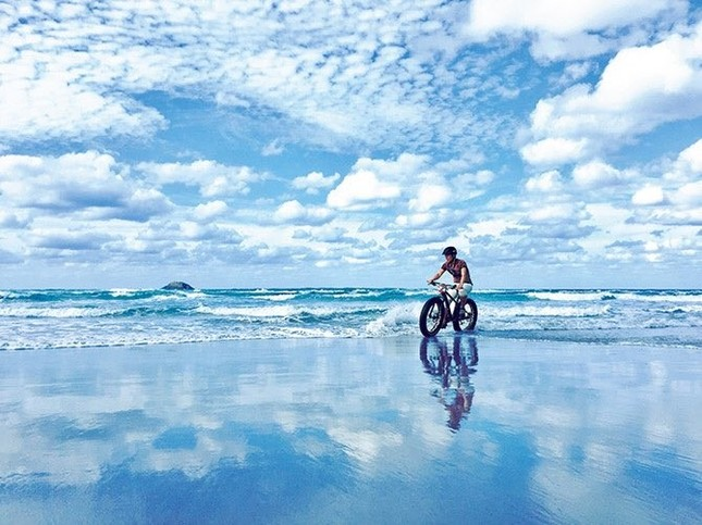 澄みきった空を反射する海面はまるでウユニ湖のよう(写真はTRAIL ON提供)