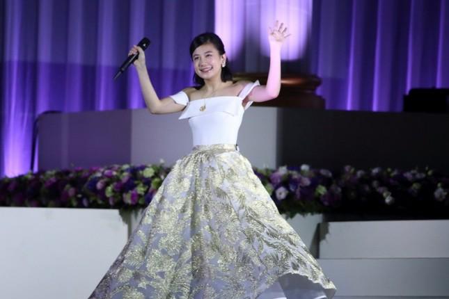 笑顔でステージを後にする清水富美加さん
