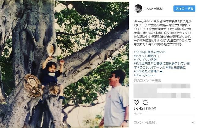 7月27日に公開した、16年前の父親との思い出の写真。孫と一緒にハワイにて。(写真は公式インスタグラムより)