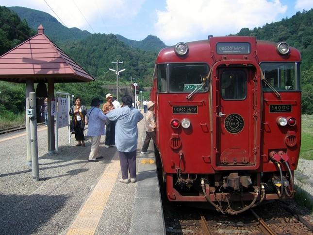 輸送密度「ワースト」区間にある肥薩線の真幸(まさき)駅(宮崎県えびの市)。観光列車「いさぶろう・しんぺい」も停車する