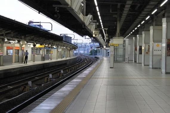 駅ホームでの写真撮影は「禁止」すべき?(画像はイメージです)