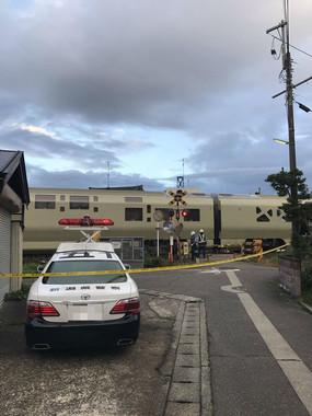 現場付近では事故から2時間近くが経った後も踏切の警報音が鳴り響いていたという(画像は@hakudakuonsenさん提供)