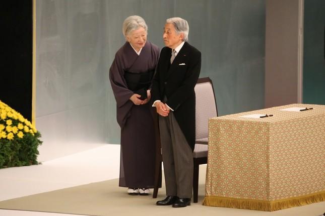 式典退出時に天皇陛下(右)に声をかける皇后さま(左)