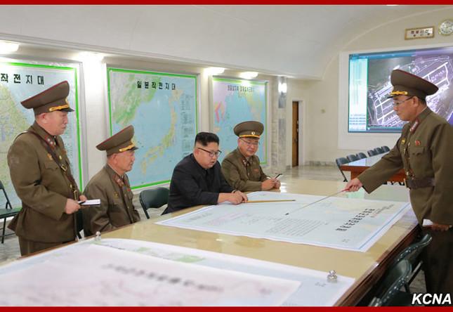 司令部から作戦について説明を受ける金正恩氏(朝鮮中央通信より)