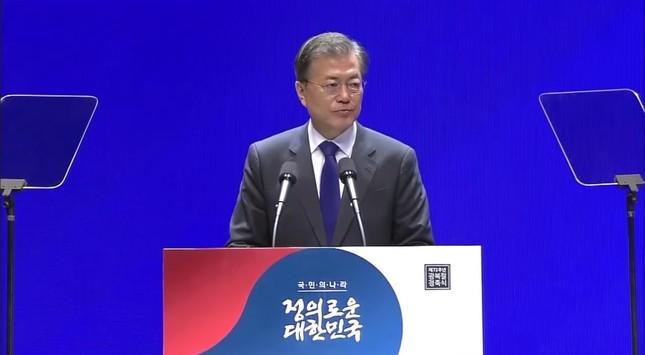 8月15日の式典で演説する韓国の文在寅(ムン・ジェイン)大統領。慰安婦問題をめぐる日韓合意には言及しなかった(写真は大統領府の動画から)
