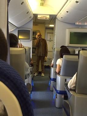 機内で歌う松山千春さん。写真提供:(@FlturOrQP6PMXj6)さんのツイッター(提供者の許可を得て掲載しています)