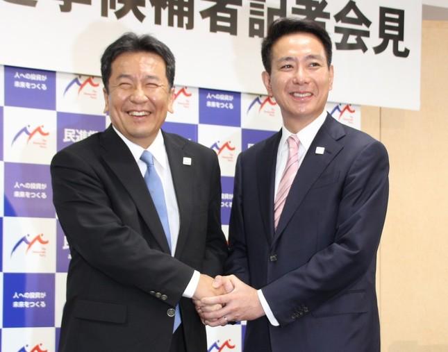 民進党代表選挙の共同会見に臨み、笑顔で握手する前原誠司氏(右)と枝野幸男氏