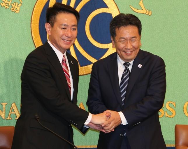 笑顔で握手する前原氏と枝野氏