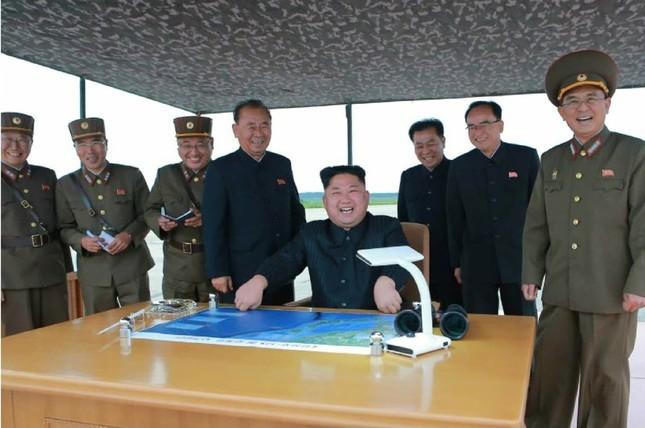 弾道ミサイルの発射には金正恩委員長(写真中央)も立ち会った(写真は労働新聞から)