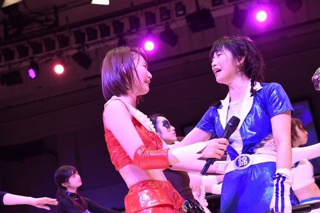 敗戦に「ガチ泣き」する宮脇咲良さん(左)と横山由依さん(右) (c)WIP2017製作委員会 (c)AKS