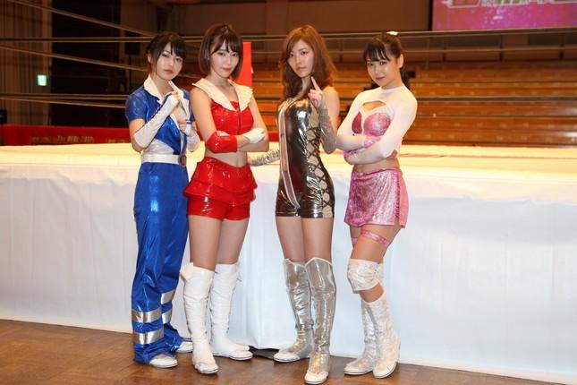 イベント終了後に取材に応じた4人。左から横山由依さん、宮脇咲良さん、松井珠理奈さん、白間美瑠さん