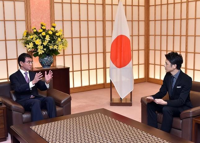 河野太郎外相と座って話す滝沢秀明さん(写真は外務省公式ツイッターから)