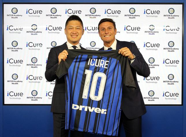 インテルのハビエル・サネッティ副会長(右)とiCureテクノロジーの小泉英一CEO