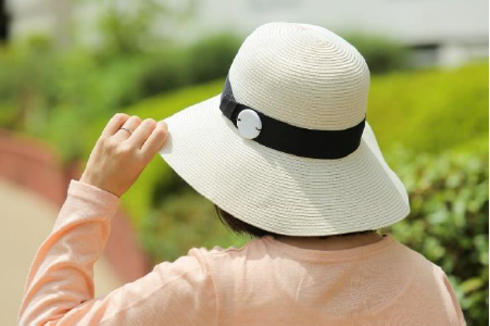 帽子につけてもオシャレ。付属品のシールを用い、メッセージや連絡先を記載できる(エーザイの発表資料より)