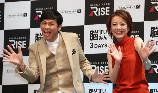 岡田圭右さん(左)と西川史子さん(右)(2017年9月1日撮影)