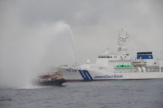 北朝鮮漁船に放水を実施する海上保安庁の巡視船(海上保安庁提供。2017年7月下旬撮影)