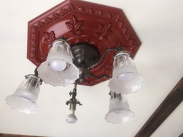 待合室に照明された照明。電球が一部露出した状態になっていた(画像はツイッターより。投稿者の許諾を得て使用しています)