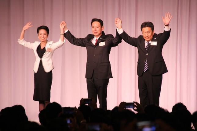 蓮舫前代表(左)、枝野幸男氏(右)と檀上で手をつなぐ前原氏