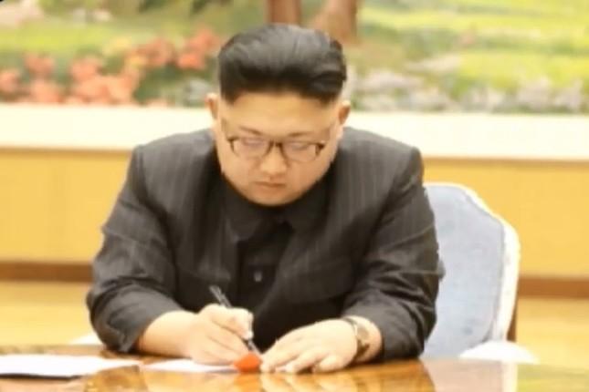 朝鮮中央テレビは金正恩委員長が核実験の命令書にサインする様子を伝えた